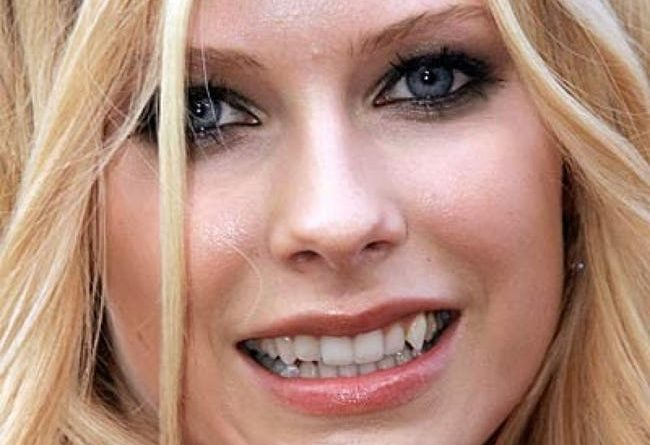 """The Top 10 Hottest Girls with """"Bad"""" Teeth"""